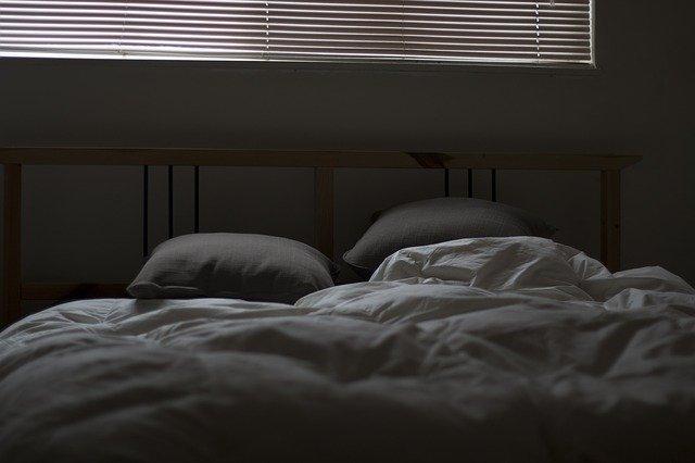 מעקה למיטה